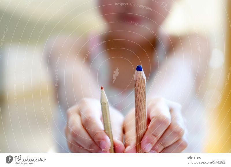 dick + dünn Mensch Kind blau rot Hand Schule Kreativität lernen Bildung dünn stoppen Kleinkind Schüler dick Schreibstift Verschiedenheit