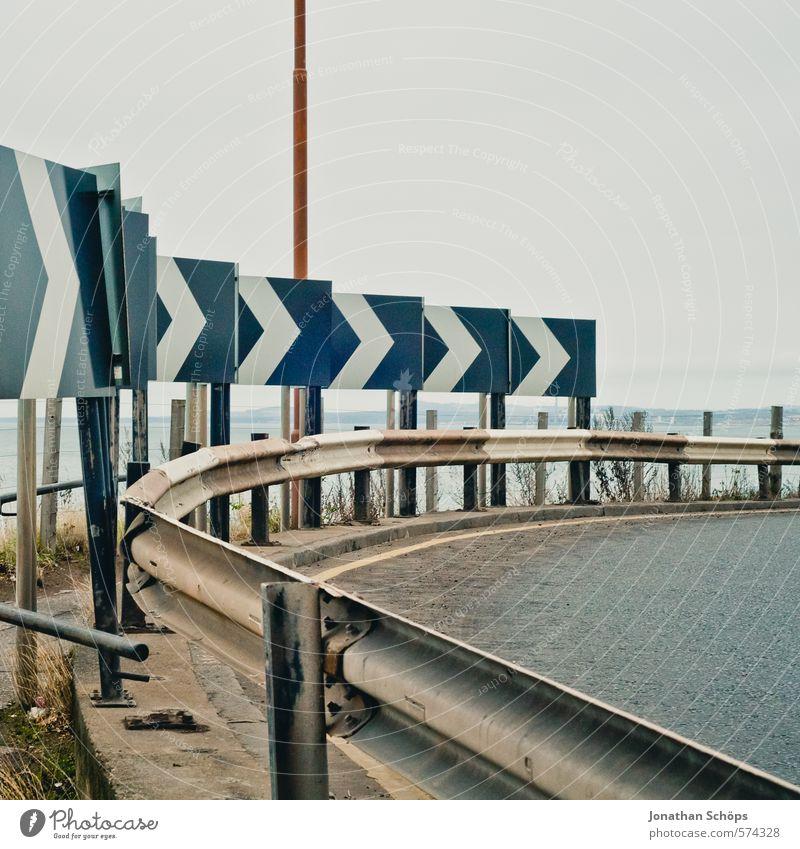 Portobello X Stadt Wolken Straße Metall dreckig Verkehr viele Risiko Pfeil Verkehrswege Richtung Kurve Autofahren trüb rechts Großbritannien