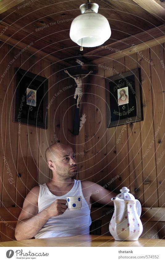 entspannt im herrgottswinkel trinken Kaffee Erholung ruhig Lampe Junger Mann Jugendliche genießen muskulös Zufriedenheit Gelassenheit Pause Kaffeekanne Tasse