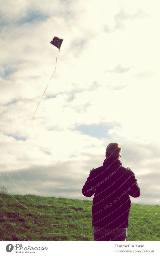 An der Küste (II). Mensch Himmel Natur Jugendliche Ferien & Urlaub & Reisen Mann Erholung Landschaft Wolken Freude 18-30 Jahre Junger Mann Erwachsene Wiese Herbst Luft