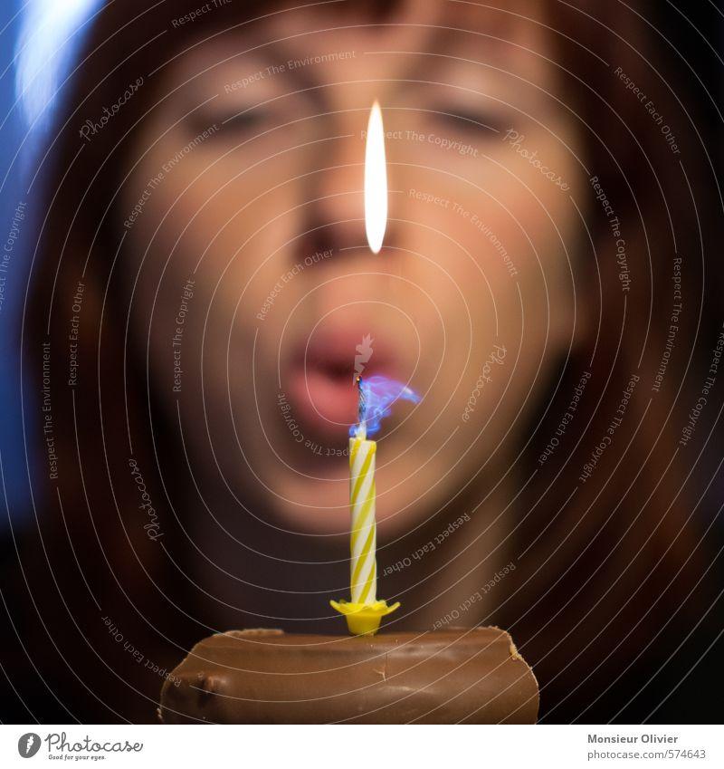 Geburtstag 2 Mensch Jugendliche Junge Frau Freude feminin Glück Kopf Zufriedenheit Geburtstag Fröhlichkeit Lebensfreude Kerze Flamme