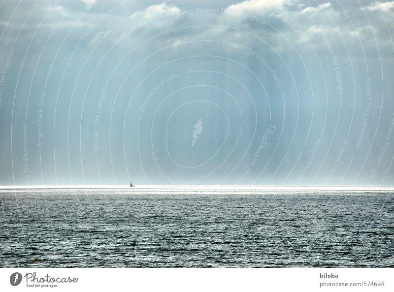 Nordsee Umwelt Landschaft Urelemente Wasser Gewitterwolken Sonnenlicht Sommer Meer blau grau Horizont Ferne Wasserfahrzeug Außenaufnahme Textfreiraum rechts