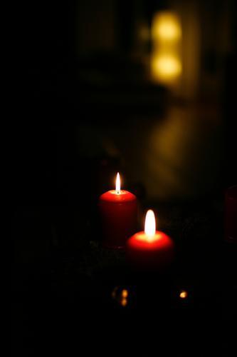 2. Lifestyle Freizeit & Hobby Häusliches Leben Weihnachten & Advent Kerze Adventskranz Kerzenflamme leuchten dunkel schön Wärme gelb rot schwarz Gefühle