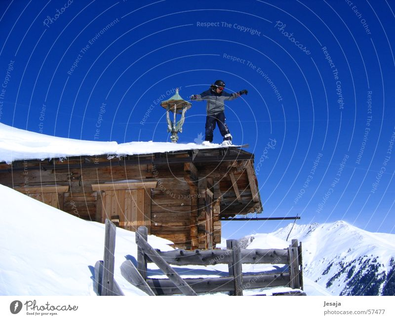 Hüttenzauber Haus Snowboarder Ferien & Urlaub & Reisen Winter springen Österreich Königsleiten Holzhütte extrem Schnee Schanze Himmel Berge u. Gebirge blau