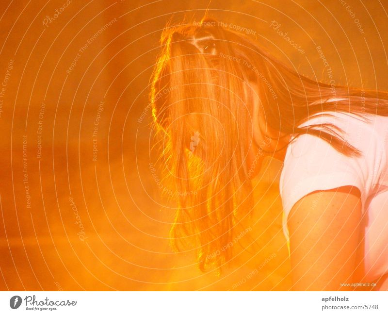orange girl Mensch orange Bühne
