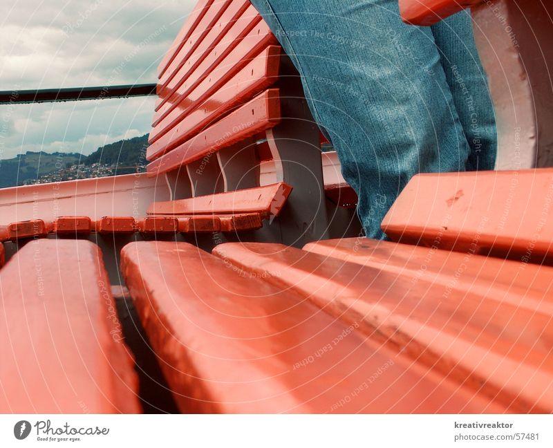 Frühlingstag auf dem See blau rot See Luft Regen Wasserfahrzeug warten nass Ausflug Jeanshose Dame