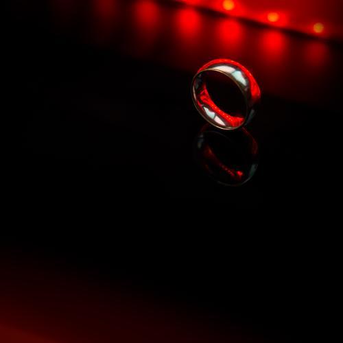 Ein Ring... rot schwarz dunkel Metall glänzend elegant Zufriedenheit Glas Armut ästhetisch rund geheimnisvoll Partnerschaft silber mystisch