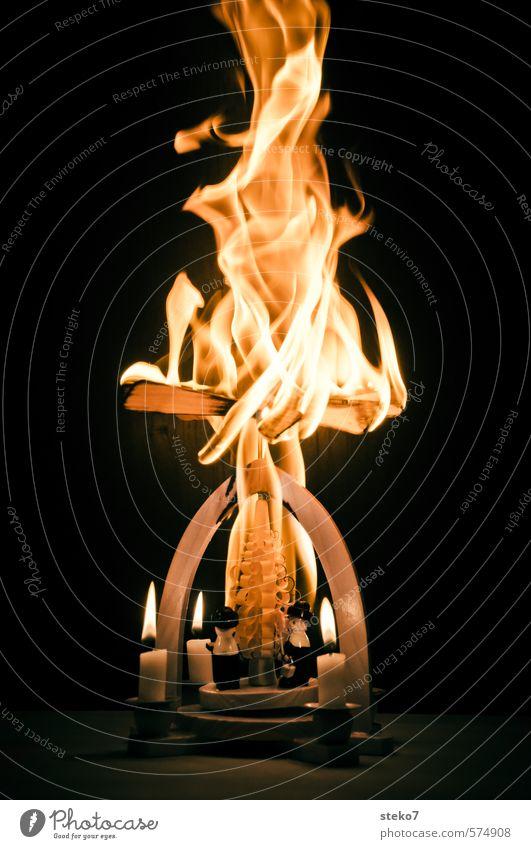 Advent, Advent die Pyramide brennt Weihnachten & Advent Feuer Kerze Holz heiß verrückt trashig Unglaube bedrohlich Zerstörung Weihnachtspyramide Flamme brennen