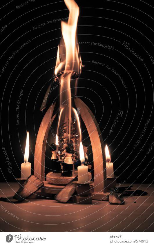 bald ist es vorbei Feuer Kerze Holz heiß trashig gefährlich Desaster Ende Missgeschick Vergänglichkeit Zerstörung brennen verbrannt Weihnachten & Advent