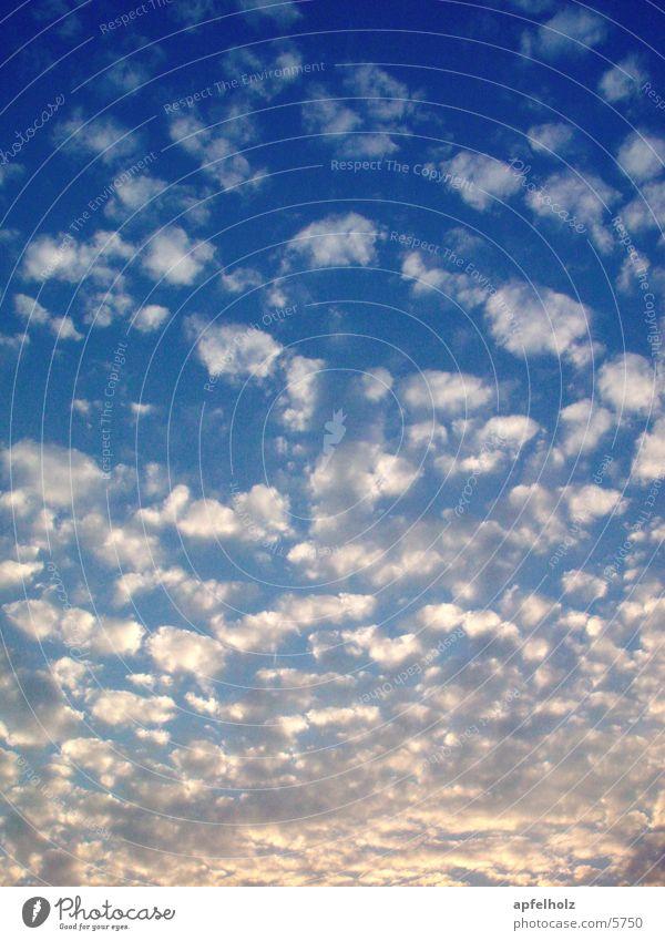 wolkenspiel.. Natur Himmel Wolken blau-weiß