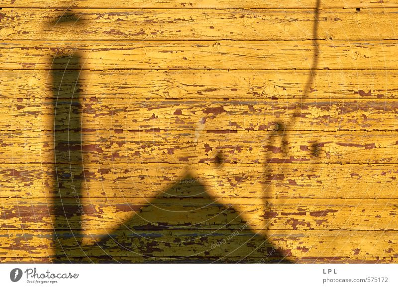 Schattenhaus Dorf Menschenleer Mauer Wand Fassade gelb grau Hausmauer Dorfidylle Armut Armutsgrenze Schornstein Lack Farben und Lacke Holzwand Profil