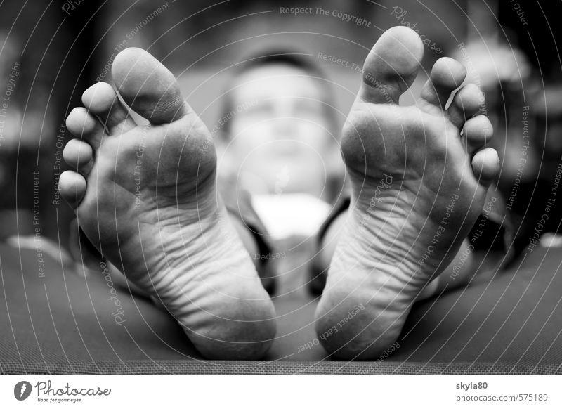Hautnah Junge Boy Jugendliche Junger Mann 13-18 Jahre Kind liegen Fuß Zehen Ferien & Urlaub & Reisen faulenzen bequem schlafen Schwarzweißfoto träumen
