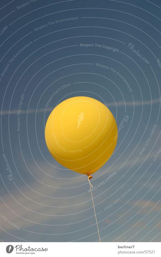 rund und doch kein Fussball..... Luftballon gelb Wolken Streifen Kondensstreifen Himmel blau Ball kein fussball fliegen Wind Nähgarn Kontrast