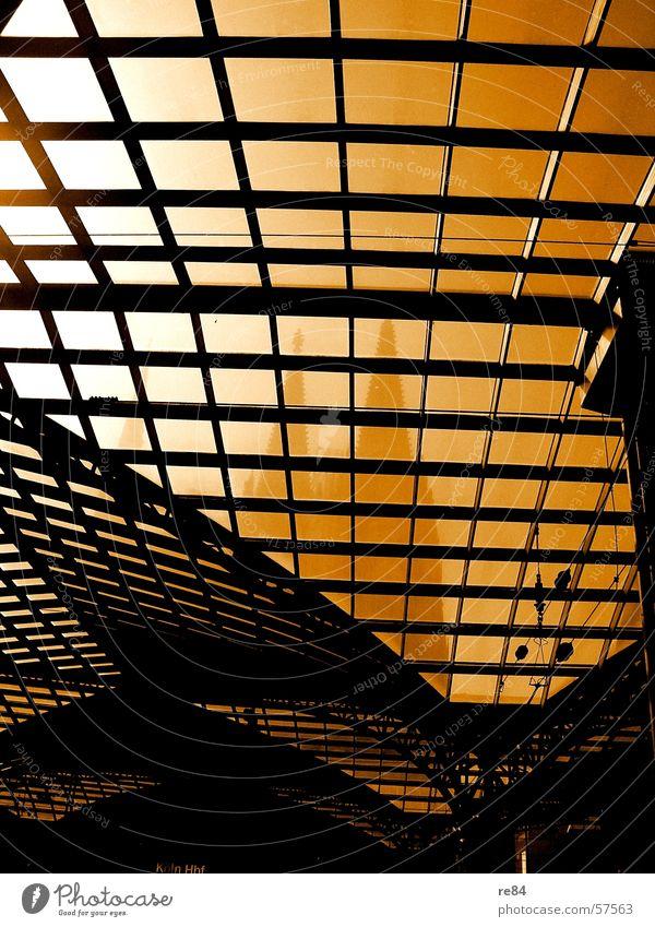 Fensterblick - wer im glashaus sitzt.... Köln Stadt Muster gekrümmt weiß schwarz Dom Bahnhof Eisenbahn Religion & Glaube Glas Bogen gleis church Spitze Linie