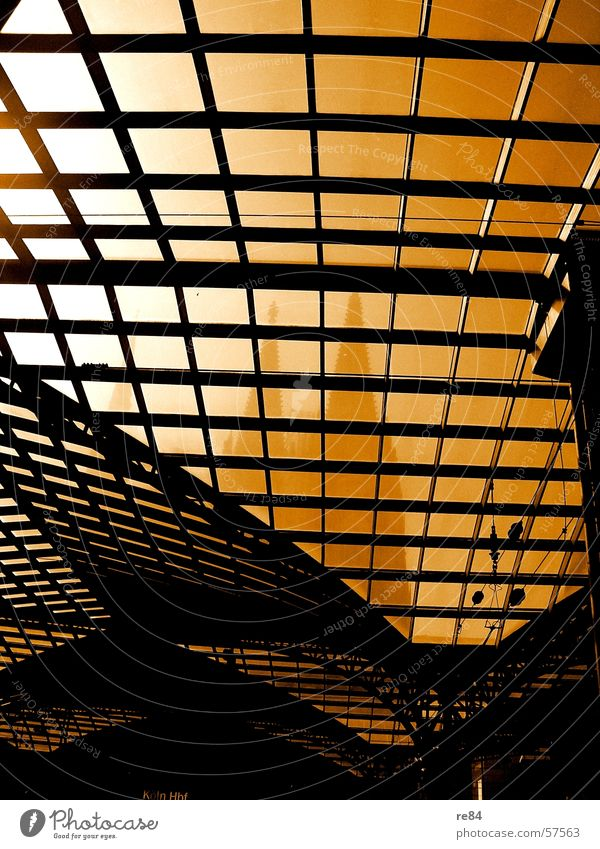Fensterblick - wer im glashaus sitzt.... weiß Sonne Stadt schwarz Linie Religion & Glaube orange Glas Eisenbahn Spitze Köln Bahnhof Dom Bogen gekrümmt