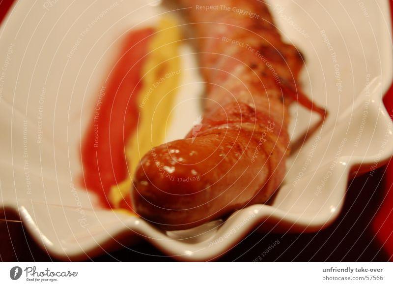 Deutschländer in Speckmantel rot gelb Ernährung lecker Teller Fett Fleisch Bildausschnitt Anschnitt Wurstwaren Fastfood Würstchen Speck Foodfotografie Dickmacher