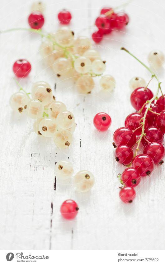 Johannisbeeren Lebensmittel Frucht Ernährung Bioprodukte Vegetarische Ernährung Diät Slowfood frisch lecker sauer süß rot weiß Holztisch Foodfotografie fruchtig