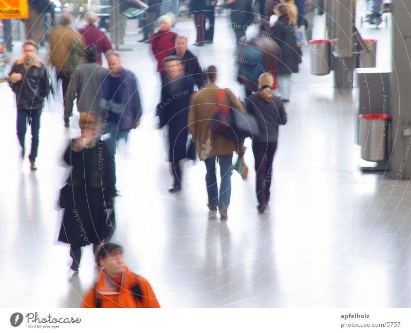 zu den zügen Mensch Bahnhof Eile