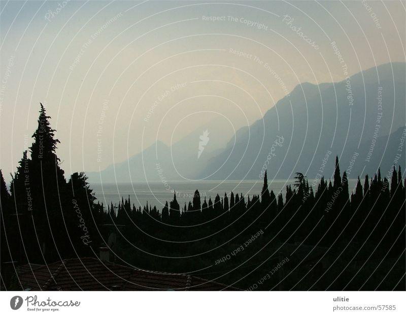 Dunkle Zacken Wasser blau dunkel Berge u. Gebirge See hell Gardasee