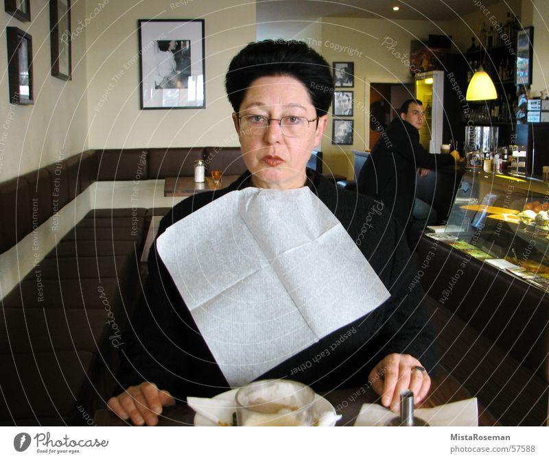 Madame kleckert ... 50 plus Frau Straßencafé Bar Frühstück Lätzchen Senior Dorf Morgen Brille Café pikiert Spielen Humor Gastronomie Freude servierte