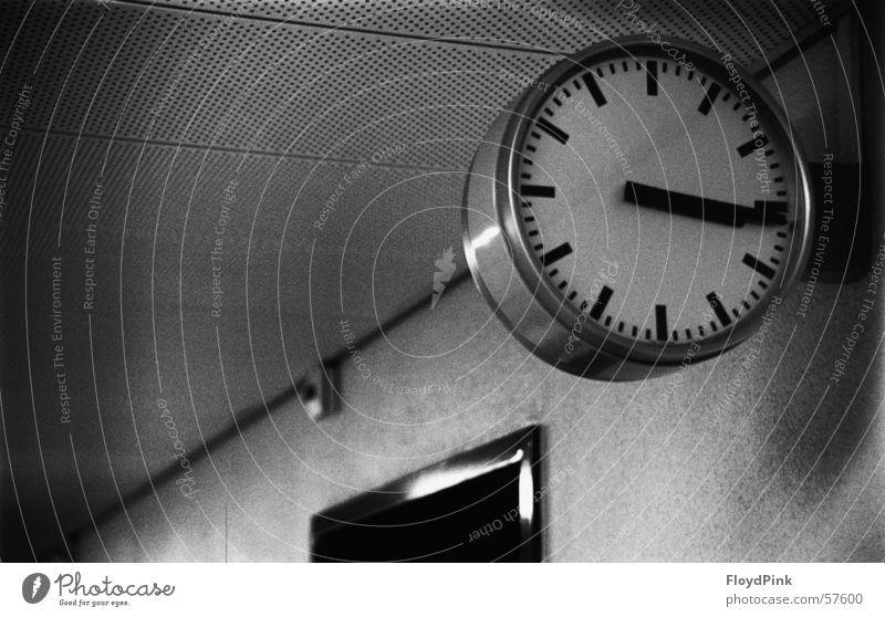 Zeitstillstand Uhr stagnierend Schwarzweißfoto Kanton Bern körnig