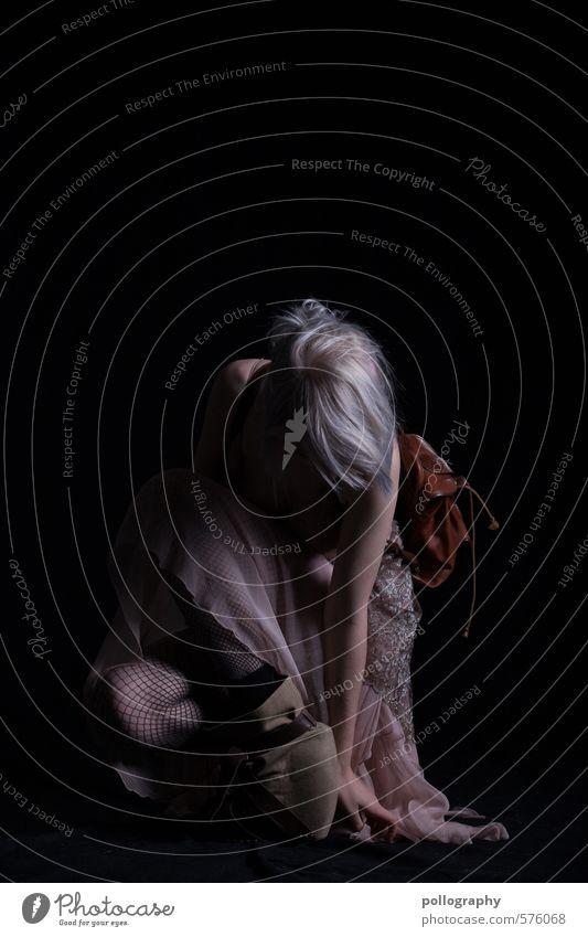 Runa (14) Mensch Frau Jugendliche schön Einsamkeit Junge Frau ruhig 18-30 Jahre Erwachsene Leben Traurigkeit feminin Mode Körper Schuhe warten