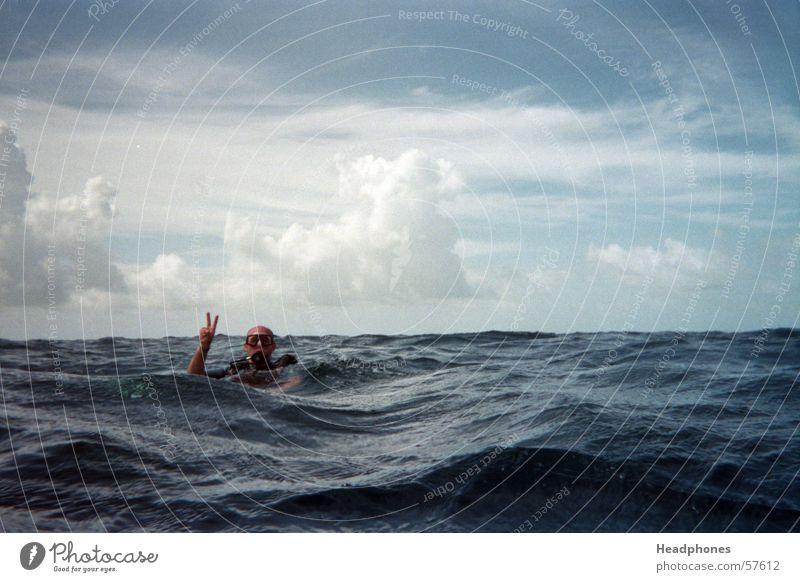 comming_up Mensch Mann blau Wasser Meer Einsamkeit Wolken Erwachsene Wellen Angst maskulin tauchen analog Gewitter Malediven Gewitterwolken