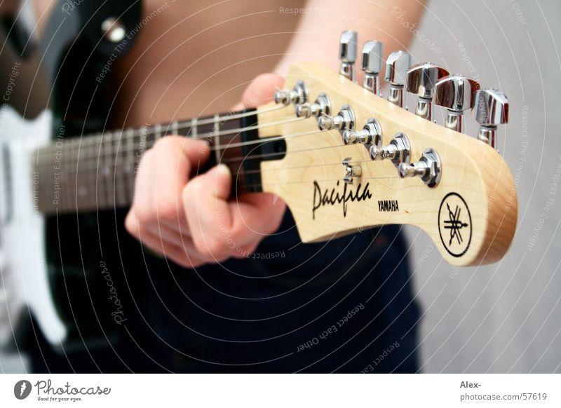 E-Gitarre in Aktion Elektrogitarre Holz Saite Chrom Hardcore Schraube Nähgarn Seite Metall Musikinstrument laut. Geräusch Rockmusik Rock 'n' Roll Schnur