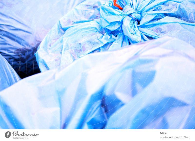 Müllsäcke Sack Anfall nass entsorgen Recycling Sauberkeit Biomüll Müllbehälter Statue blau Knoten Geruch blauer sack Ordnung Übelriechend