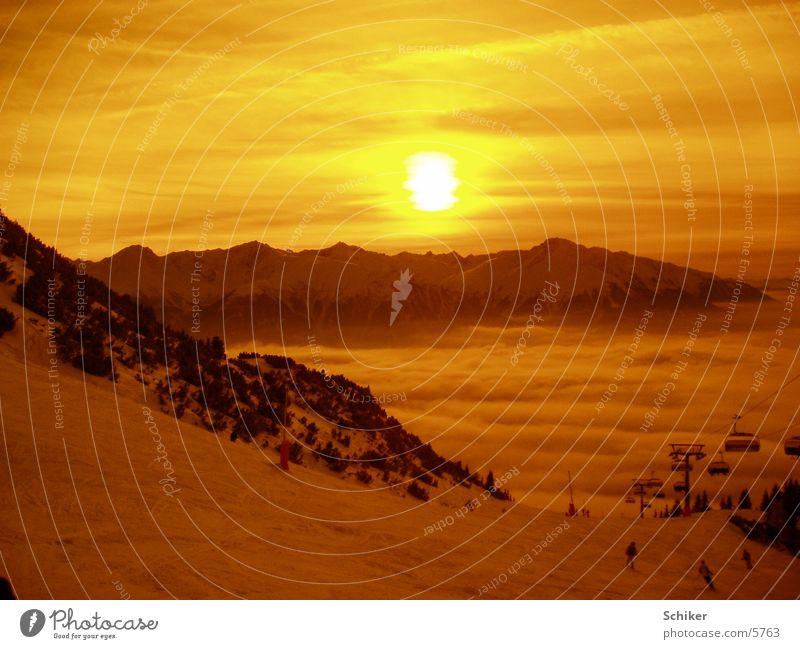Sonnenuntergang Österreich Wolken Berge u. Gebirge Schnee Skifahren Skifahrer Sonnenlicht Abendsonne Abenddämmerung Skipiste Bergkette Tal Skilift abwärts