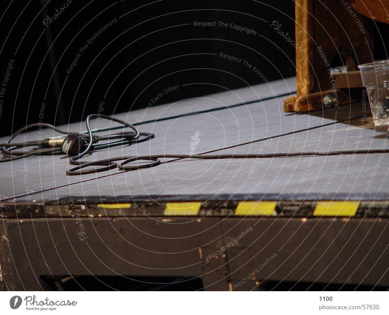 Bühnenboden Bühnenbeleuchtung Streifen gelb schwarz Ecke Mikrofon Bodenbelag Kabel Glas Mineralwasser Respekt Warnhinweis Treppenabsatz Holzbrett