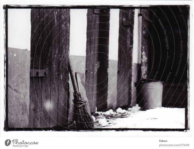 BAUERNHOF FREI NACH WILLIAM HENRY FOX TALBOT alt weiß Winter schwarz Tier Schnee Tür trist Bauernhof Tor Eingang Bioprodukte Müllbehälter Eimer Besen Kübel