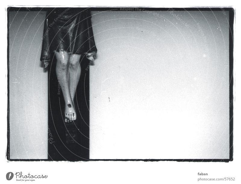 WER WAR DAS DOCH GLEICH ? Jesus Christus Wand Nagel schwarz weiß Rücken cross Fuß foot feet Beine leg black white Mauer