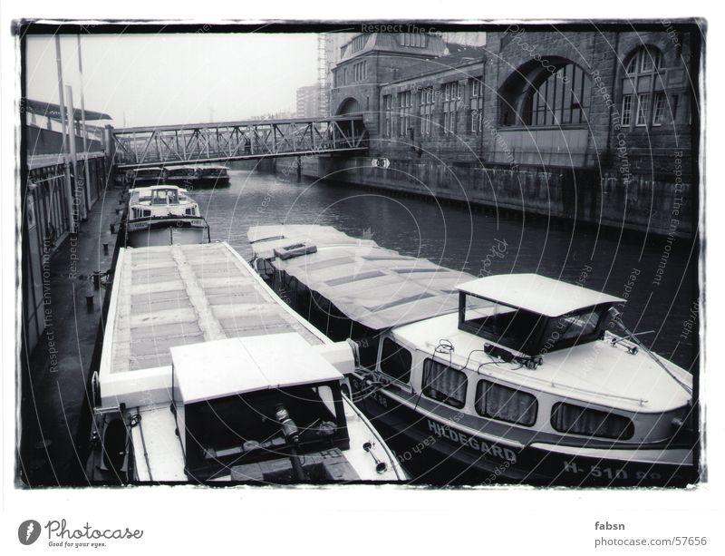 HAMBURGS GESCHWISTER II Wasserfahrzeug schwarz weiß Wasserrinne Fahrwasser Meer Hafen Fluss Bach boat river Hamburg water black white
