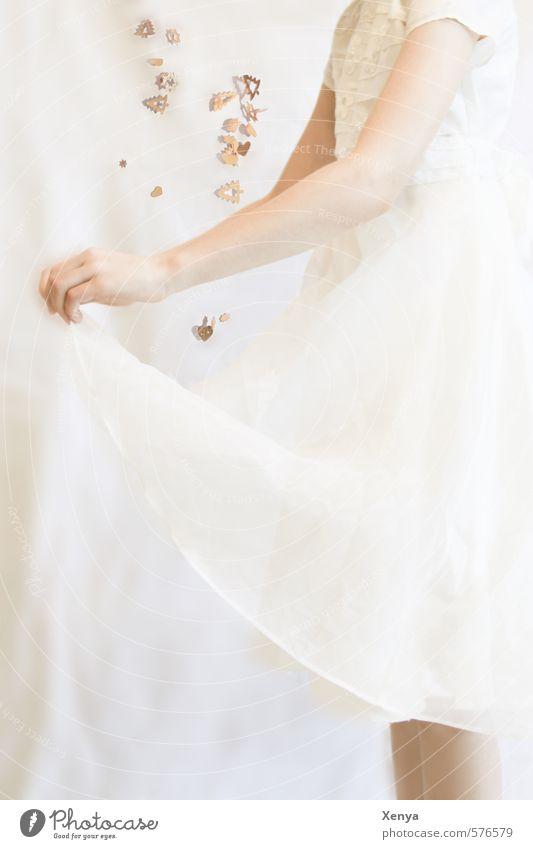 Sterntaler feminin Kind Mädchen 1 Mensch 8-13 Jahre Kindheit Kleid fangen gold weiß Fröhlichkeit friedlich Weihnachten & Advent Märchen Geschenk hell Reinheit