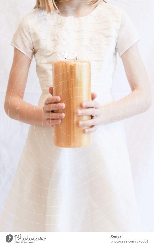 Kerzenhalterin feminin Kind Mädchen 1 Mensch 8-13 Jahre Kindheit Kleid leuchten Wärme gold weiß friedlich Frieden Glaube Religion & Glaube Hoffnung Kommunion