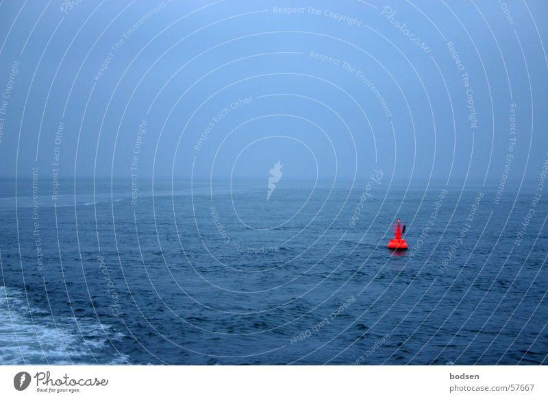 Blau in Blau mit einem Hauch von Trendfarbe Natur Wasser Himmel Meer blau Ferien & Urlaub & Reisen ruhig Ferne Freiheit Wasserfahrzeug orange Wellen Nebel Umwelt groß Horizont