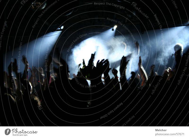 Livekonzert Applaus Menschenmenge Hand Party Disco Konzert Stimmung Nacht Begeisterung Schatten discolights Leidenschaft Partystimmung Partygast Scheinwerfer
