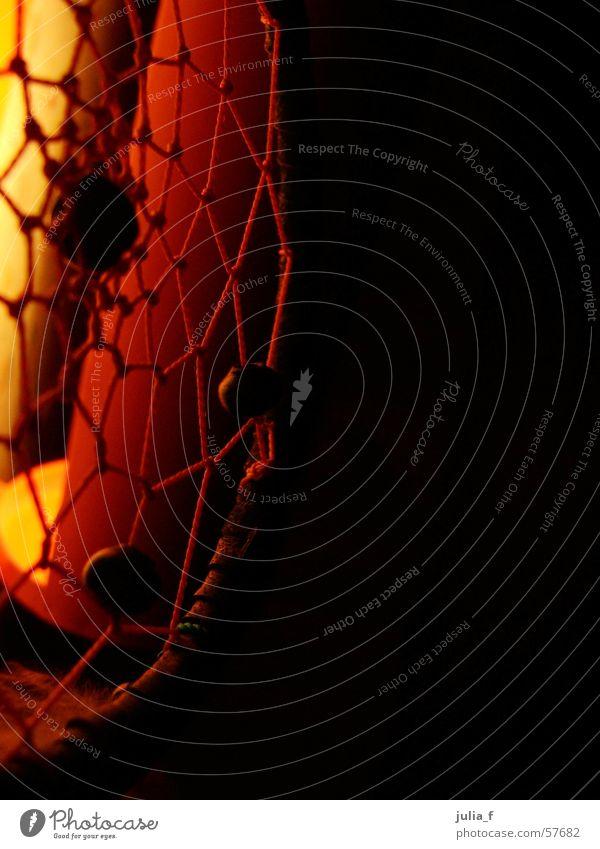 traumfänger rot gelb schwarz Schnur Licht orange Perle Nähgarn Traumfänger Farbfoto Vor dunklem Hintergrund Detailaufnahme Netz Kunsthandwerk geflochten