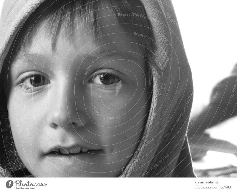 Kapulli Kapuze Kind Licht Lippen schwarz weiß Fenster Pullover Stirn Junge Haare & Frisuren Auge Gesicht Mund Nase Schatten boy eyes Blick Zähne