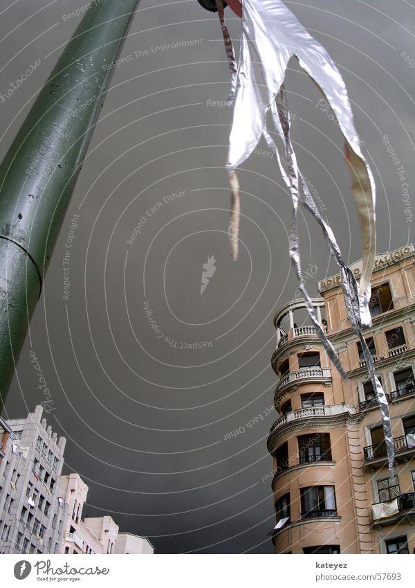Wetterkrieg in Madrid Fahne schlechtes Wetter dunkel Spanien dramatisch wehen Haus Laterne Wolken Straße