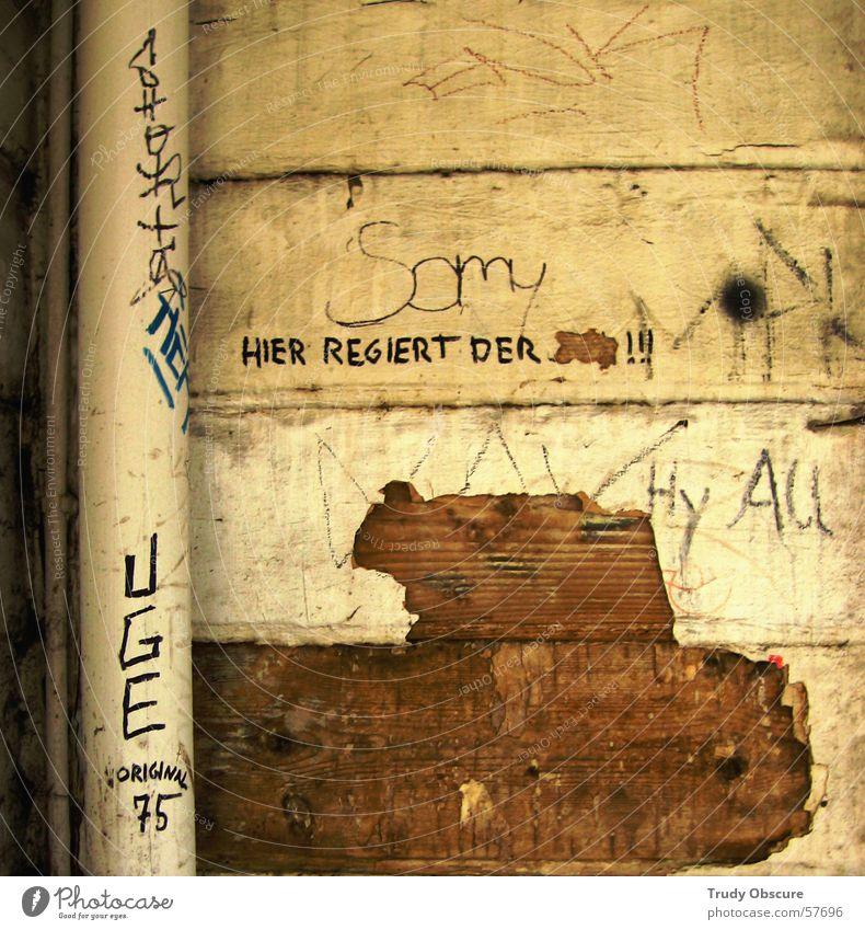 die grenzen des guten geschmacks? alt weiß Haus gelb Farbe dunkel Wand Holz Gebäude hell braun Hintergrundbild Schriftzeichen kaputt Buchstaben Röhren