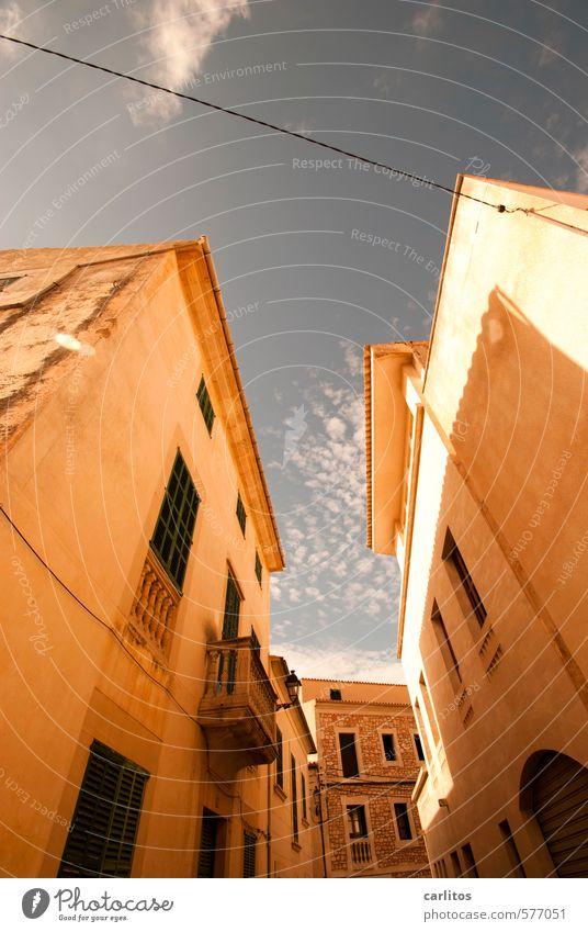 Das Leben will einen ausgeben .. Himmel Sommer Schönes Wetter Wärme Altstadt Haus Gebäude Mauer Wand Fassade Balkon Fenster ästhetisch Fensterladen Siesta