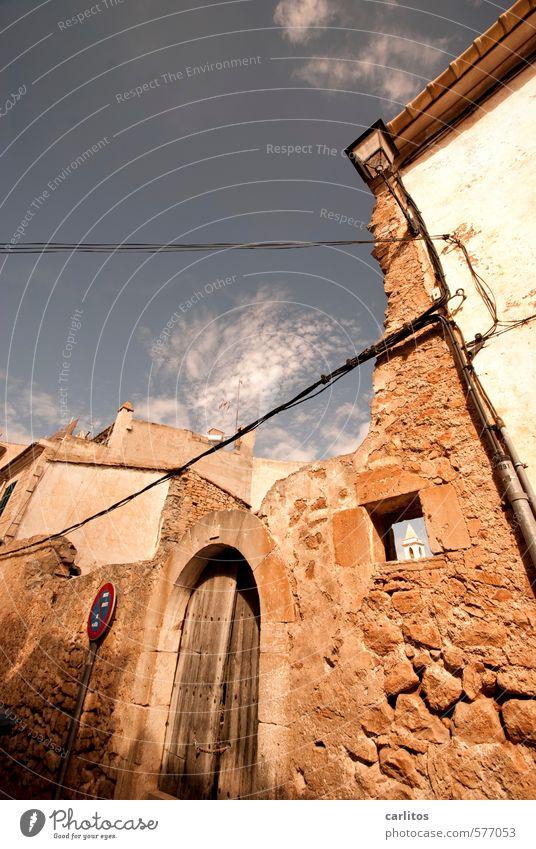 Kirchturmspitze Himmel Sommer Schönes Wetter Wärme Kleinstadt Stadtzentrum Haus Kirche Ruine Architektur Mauer Wand Fassade Tür alt Halteverbot Verkehrsschild