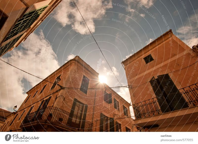 Im Süden nichts Neues Luft Himmel Sonne Sonnenlicht Sommer Schönes Wetter Wärme Stadtzentrum Altstadt Haus Gebäude Mauer Wand Fassade Balkon Fenster Tür