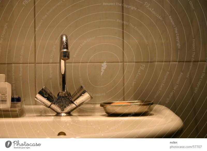 Waschen Waschbecken Bad Wasserhahn Seife Sauberkeit rein Ventil gut Reinigen Fliesen u. Kacheln Morgen wash clean bathroom water soap
