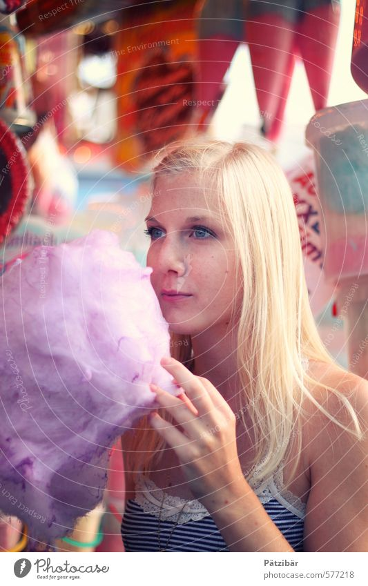 Kööööörmes Farbe Freude feminin Essen Feste & Feiern Lebensmittel blond süß berühren Kreativität Süßwaren Jahrmarkt Dessert Oktoberfest Zuckerwatte