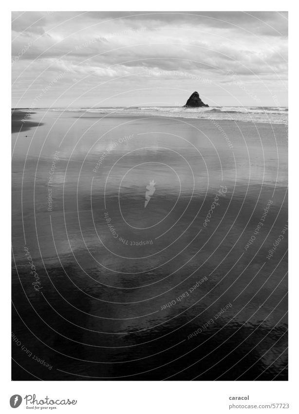 Wai Karekare Strand Ebbe Meer Reflexion & Spiegelung schwarz weiß Wolken Unwetter Sturm Leidenschaft trist trüb ruhig Ferne Einsamkeit leer Flut Himmel sea