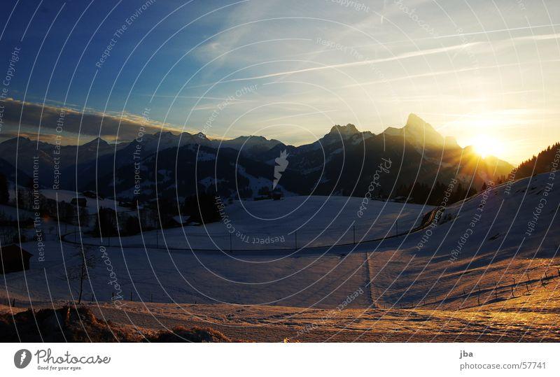 Saanenland, sweet Saanenland Gstaad Schönried Chalberhöni schön Sonnenuntergang weiß blau Verlauf Kondensstreifen Wolken Berg Gummfluh Eisenbahn Abenddämmerung