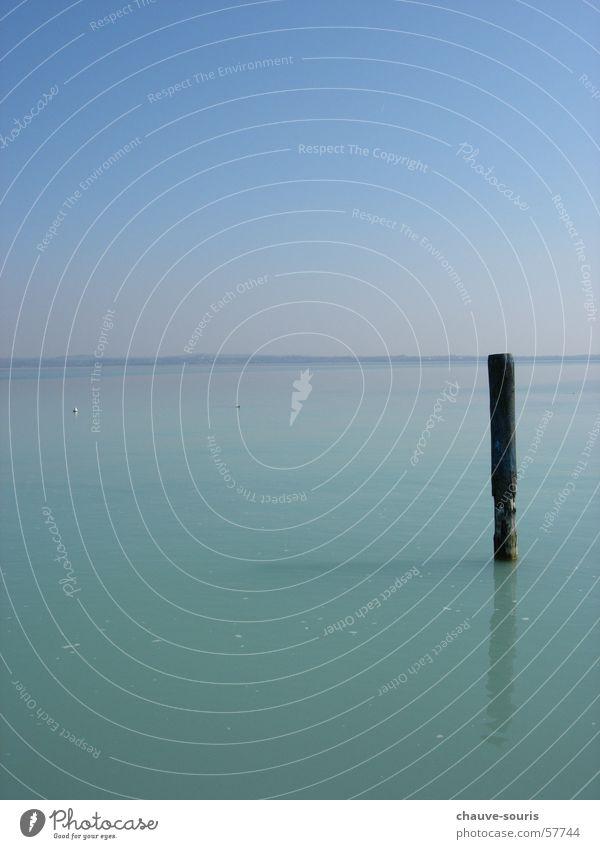 Pfahl in der ruhigen Weite des Gardasees Horizont Fernweh Einsamkeit See Ferne Unendlichkeit Sirmione Erholung himmlisch blau himmelblau Glätte schön besonnen